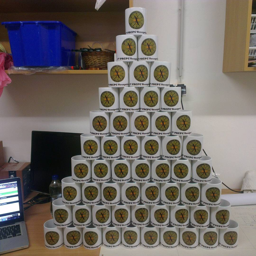 Bögre piramis 55 darab egyedi bögréből